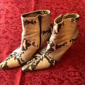 Python Isaac Mizrahi Boots 7.5 US womens